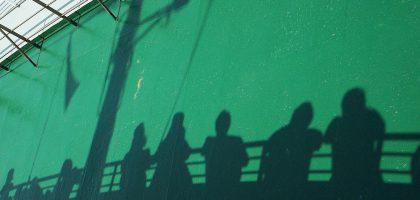 Schatten - Menschen stehen an der Reling - Supervision